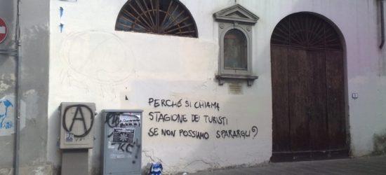 Scritta sui muri contro i turisti a Firenze