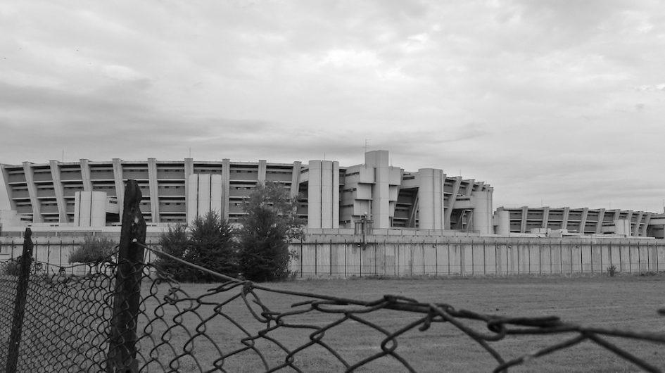 Esterno del carcere di Sollicciano circondato dal muro di cinta, ammalorato in più parti.
