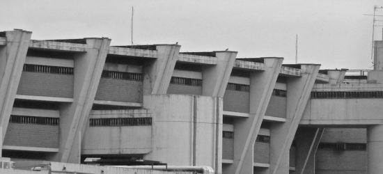 Veduta del carcere di Sollicciano. in basso delimitati da mura in cemento armato le aree per il passeggio durante l'ora d'aria.