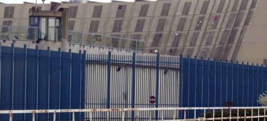 Veduta del carcere di Sollicciano. Le finestre delle celle, dietro le sbarre in cemento armato sono esposte agli eventi atmosferici.