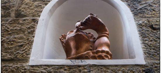 La Madonna del puzzo, opera in terracotta di Mario Mariotti, situata in una nicchia sulla Torre dei Marsili in via Toscanella.